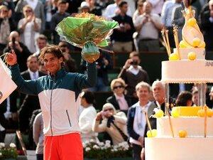 """""""赤土の王者""""ナダルが35歳に 全仏恒例の「特大ケーキで祝福」は16年前のフェデラー撃破から始まった"""