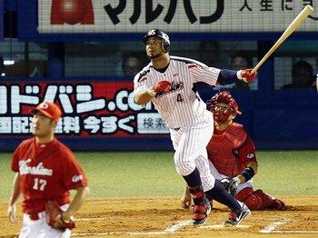 """王さんでもバレンティンでもなく、""""55本""""は野球ファンのものである。<Number Web> photograph by JIJI"""