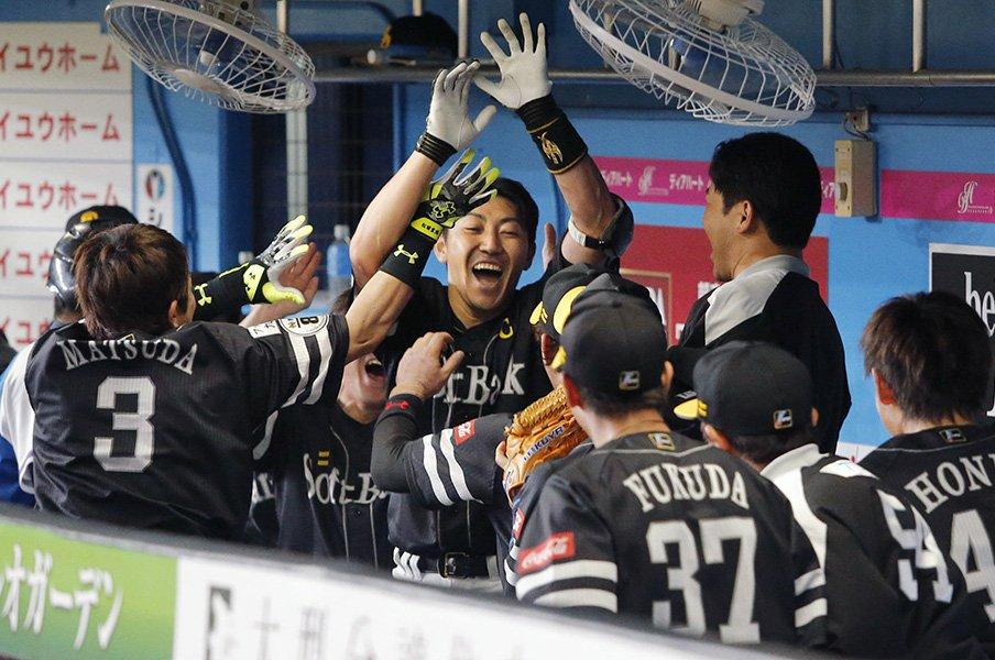焦りと力みにハマる2000本安打地獄。仕掛け人・川島慶三が内川聖一を救う。<Number Web> photograph by Kyodo News