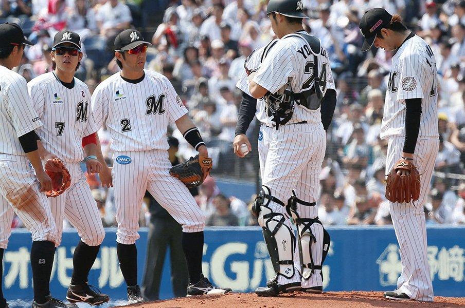 10年間支えられた裏方との別れ。ロッテ大嶺祐太は一本立ちできるか。<Number Web> photograph by Kyodo News