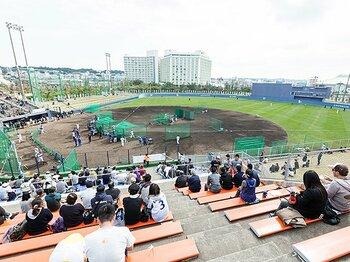 千両役者・黒田と「たまごっち」女子。様変わりしたプロ野球キャンプ風景。<Number Web> photograph by Shiro Miyake