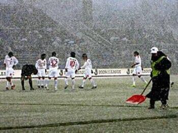 日本独特の気候のもと、秋春制は本当に可能か?~解消できないJリーグの積雪問題~<Number Web> photograph by sponichi