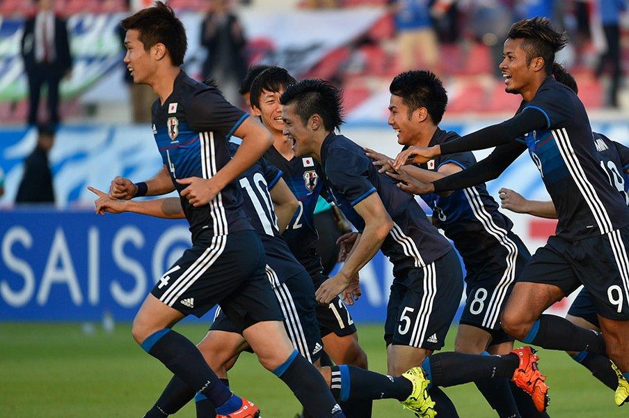 13日の北朝鮮戦で前半5分、CKに合わせて先制した植田(5番)を中心に歓喜する岩波(4番)たち。チームはこのまま1-0で逃げ切り勝利した。