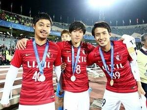 小笠原満男が掲げたACL優勝カップ。「キャプテンはあなたですから」