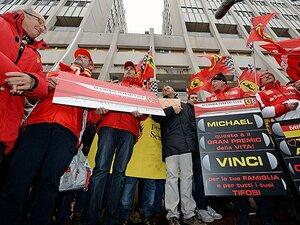 病院前に続々とファンが集合。頑張れミハエル・シューマッハー!!