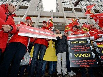 病院前に続々とファンが集合。頑張れミハエル・シューマッハー!!<Number Web> photograph by Bongarts/Getty Images