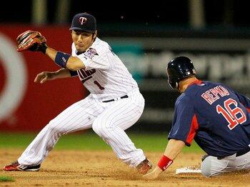 MLBで通じない日本人内野手の守備。人工芝のグラウンドも原因のひとつ!?<Number Web> photograph by AP/AFLO