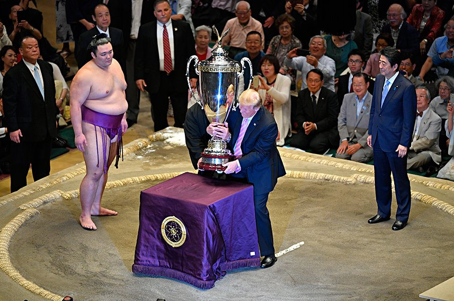 やけに揃ったスポーツ紙の足並み。「トランプ大相撲」をどう報じたか。<Number Web> photograph by Takuya Sugiyama/JMPA