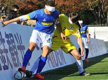 """ブラインドサッカーの魅力と危惧。見る者を圧倒する激しい""""肉弾戦""""。<Number Web> photograph by Moto Yoshimura"""