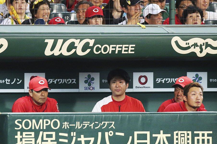 """""""二軍ブルペン""""を視察する首脳陣。歯車が狂い始めた広島に策はあるか。<Number Web> photograph by Kyodo News"""