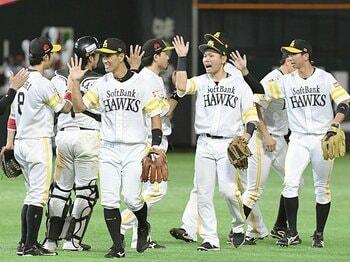 """ホークス""""突破0%""""覆した無安打男。達川コーチの城所起用という大博打。<Number Web> photograph by Kyodo News"""