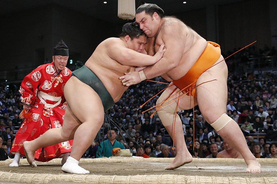 力士の体重は50年で30kg増えた。土俵を広くする、という選択肢は?<Number Web> photograph by Kyodo News