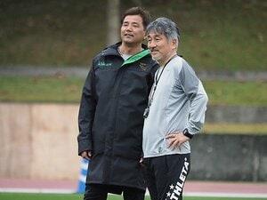 """東京V永井監督が招いた""""吉武先生""""。35年対話を重ねた師弟のサッカー。"""
