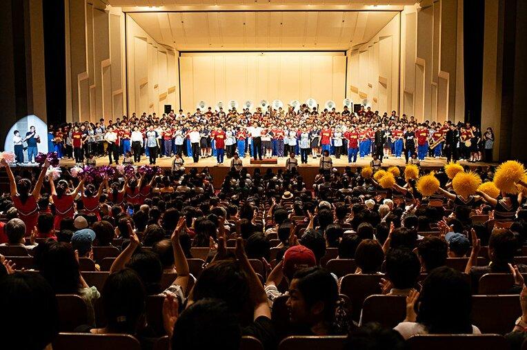 舞台一杯に広がった吹奏楽、応援団などの出演者たち。観客と一体化した盛り上がりは、尋常ではない興奮を呼ぶ。 / photograph by KYODO TOKYO