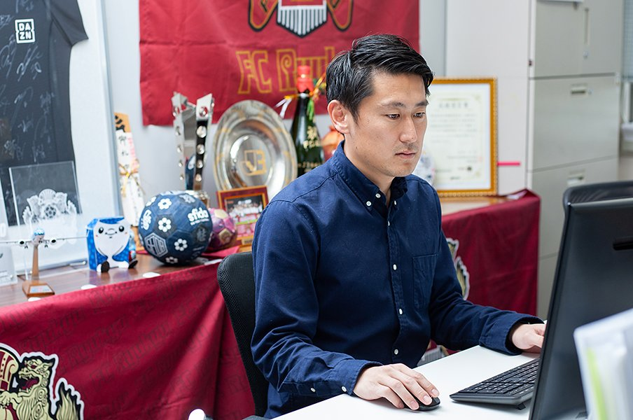 初J2・FC琉球の「新戦力」として。三上昴さんが池田純氏から学んだこと。<Number Web> photograph by Sports Graphic Number