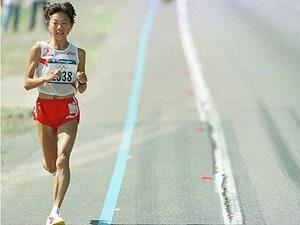 """""""サングラス投げ""""高橋尚子の激走を覚えていますか?……シドニー五輪から20年、「10の名場面」とは"""