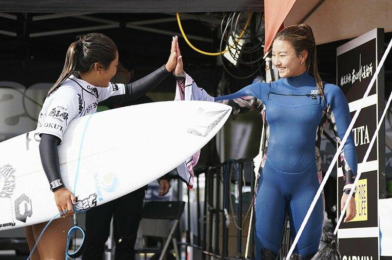 決勝を終えて脇田紗良(左)とハイタッチを交わす松田詩野。オリンピックへ成長を続けている / photograph by Kyodo News