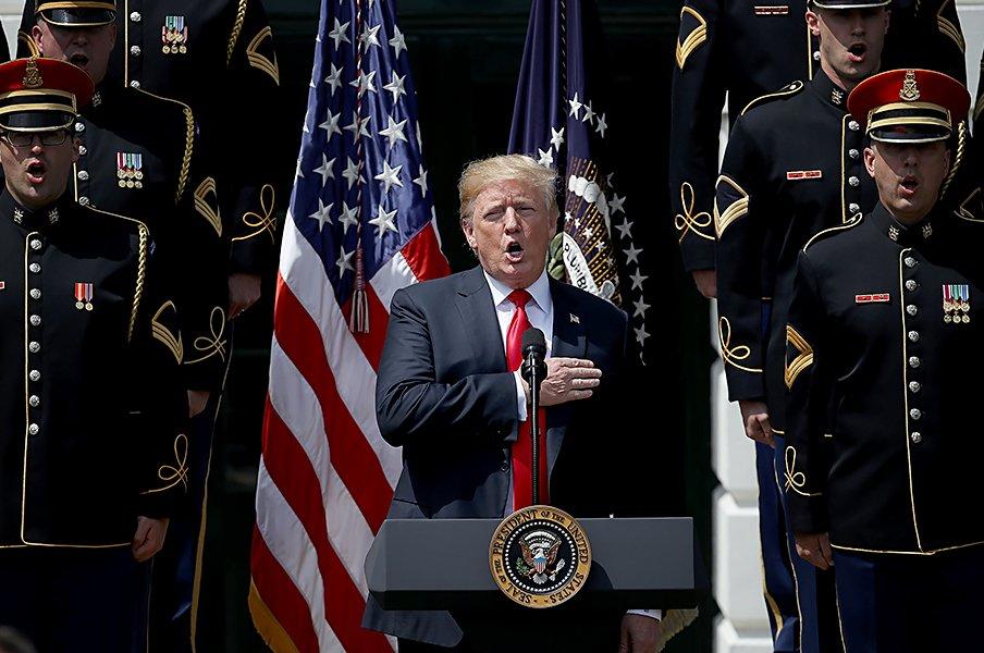 トランプ大統領の意に沿わない選手達。NFLで国歌演奏中の片膝は不敬なのか!?<Number Web> photograph by Getty Images