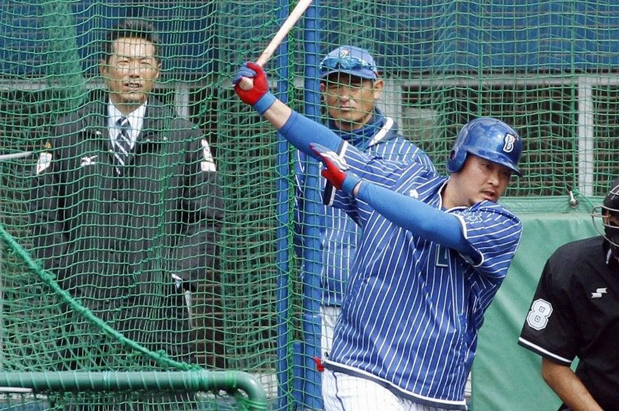 DeNA宜野湾キャンプにてフリー打撃練習に励む筒香。左奥は日本代表の小久保監督。