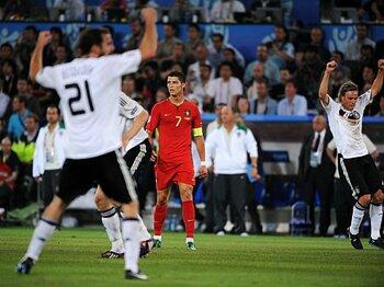 歓喜のドイツと対照的なC・ロナウド。屈強な相手に実力を発揮できず、自身が主役となるはずだった大会を後にした。
