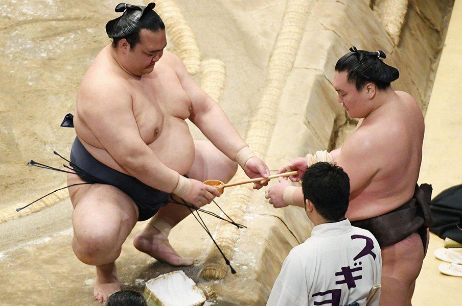 稀勢の里は笑わない。白鵬に応えた言葉の背景とは。<Number Web> photograph by Kyodo News