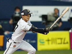 手袋なしで竹バットを振り込む──。交流戦首位打者・中川圭太の中学時代。