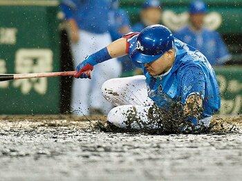 強行された泥んこ試合。日程を再考する余地は?~阪神園芸の奮闘を称えるのもいいけれど~<Number Web> photograph by KYODO