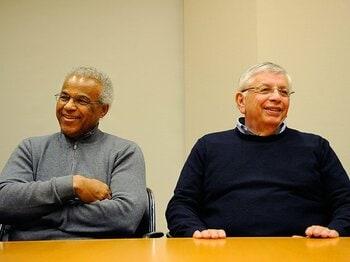 労使交渉後に会見に臨む、コミッショナーのスターン(右)と選手協会のハンター事務局長
