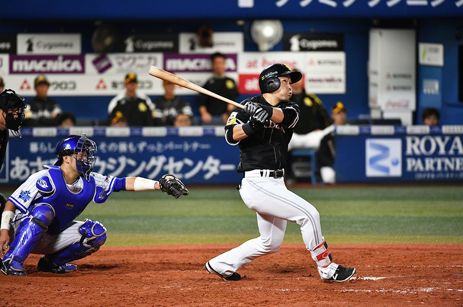 ホークス日本一「陰のMVP」中村晃。長距離砲への変身、本塁打後の涙。<Number Web> photograph by Hideki Sugiyama