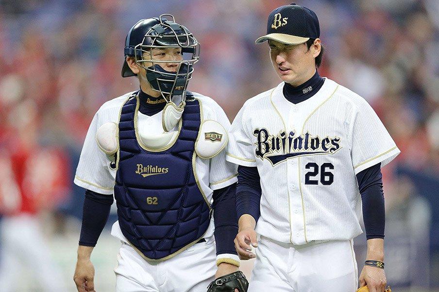 オリの若手投手が伸びる陰にこの男。「勝己さんだとフォークが落ちる」<Number Web> photograph by Kyodo News