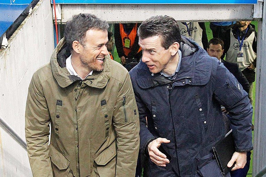 エンリケ監督と談笑するウンスエ(右)。バルセロナのエッセンスが、この男の頭にはみっちり詰まっている。