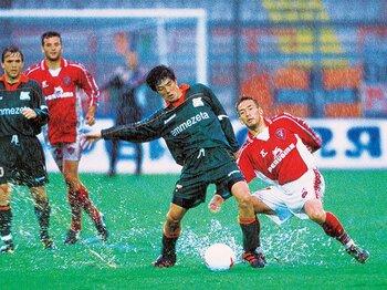 <越境クロニクル 1998-2008>中田vs.名波が魅せた雨中の「日本ダービー」。<Number Web> photograph by AFLO