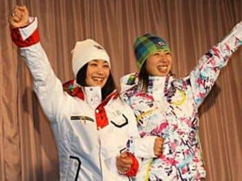 五輪仕様のウェアを披露した上村愛子(左)と伊藤みき。実力を出し切ればメダルは確実だ