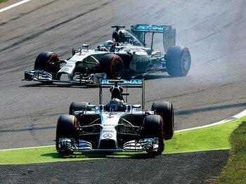 シケイン手前でロズベルグがミスをした隙にハミルトンが首位を奪って最速ラップを記録。
