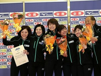 女子カーリング日本代表、北海道銀行の「確かな歩み」。~ソチを目指す小笠原歩の求心力~<Number Web> photograph by Jun Tsukida