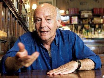 ガレアーノは著作で歴史的な試合のレビューをし、劇場での演劇と戦争になぞらえている。