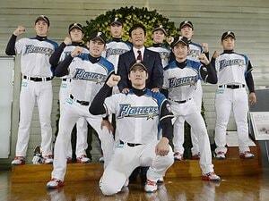 日本ハム広報が見届けた戦力外通告。力強い握手、笑顔、涙する選手も。