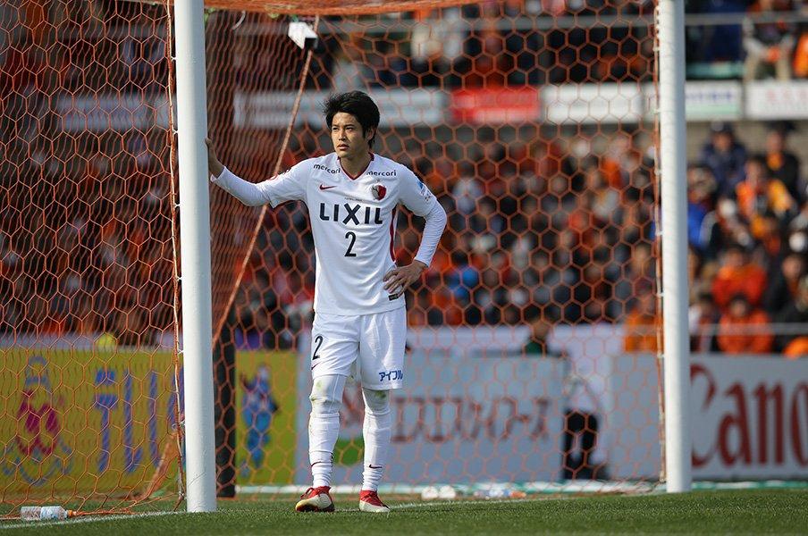 左足で跨ぎ、ジェスチャーは大きく。帰ってきた内田篤人の変化と不変。<Number Web> photograph by J.LEAGUE PHOTOS