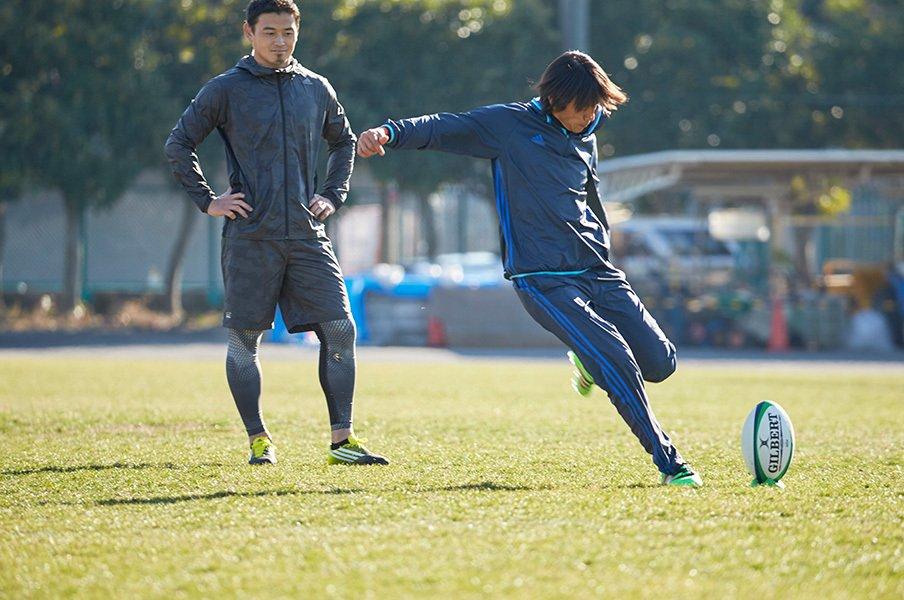 <動画公開!> 中村俊輔と五郎丸歩が明かす「世界基準のキック論」。<Number Web> photograph by Tadashi Shirasawa
