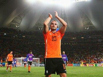 劣勢オランダを覚醒させたスナイデル。ブラジル破り、見えた悲願の初優勝。<Number Web> photograph by FIFA via Getty Images
