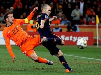 スペインの「エレガント」が頂点に!!誤審とファウルにまみれた決勝戦。<Number Web> photograph by Getty Images