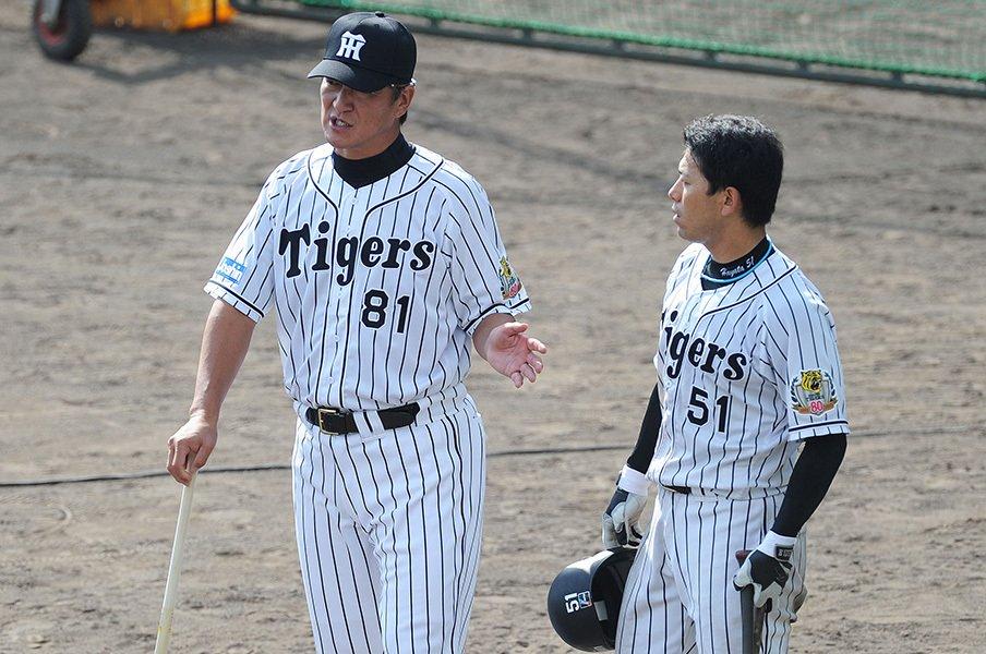秋季キャンプの初日、伊藤隼太に打撃指導する片岡コーチ。猛虎復活のキーマンとなれるか。