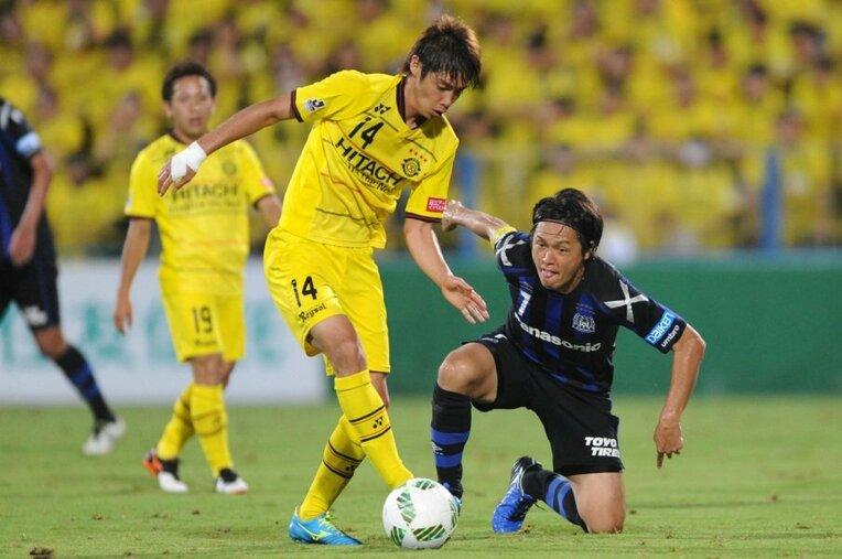 伊東純也(柏)vs.遠藤保仁(G大阪) / photograph by Getty Images