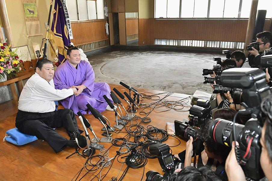 「悲しみ」と「歓喜」のオヤジの涙。朝乃山が紡ぐ高砂部屋の新たな歴史。<Number Web> photograph by Kyodo News