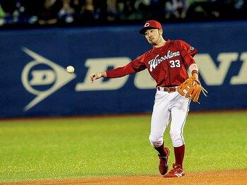 アクロバットよりも「読み」。名手・菊池涼介の守備哲学。~プロ野球界で最も深く守る二塁手の真髄~<Number Web> photograph by Kiichi Matsumoto
