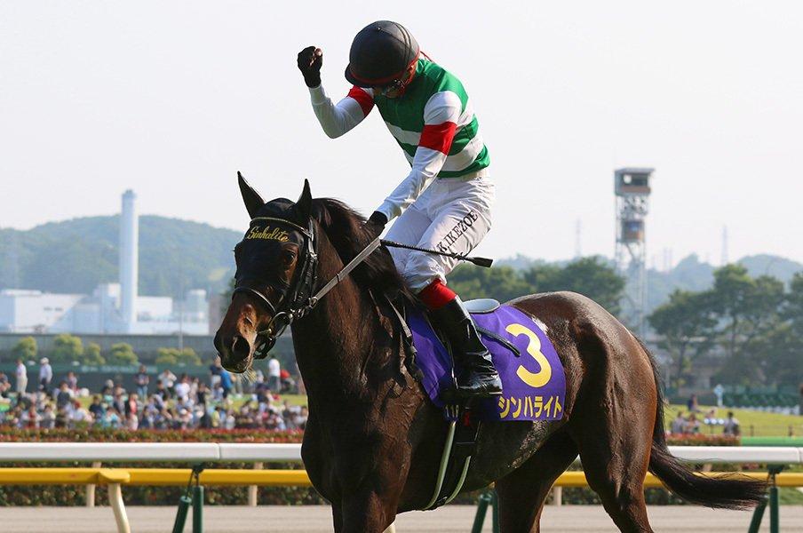 馬の力を溜める池添謙一のスタート。シンハライトの「爆発的な数完歩」。<Number Web> photograph by Yuji Takahashi