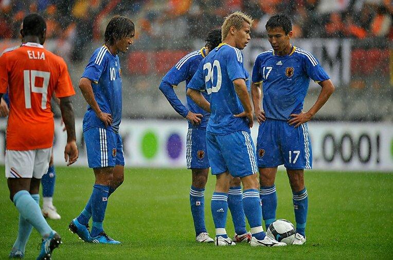 """2009年のオランダ戦で""""格上""""の中村(10番)に対し、本田(20番)はFKを「自分が蹴る」と主張した / photograph by Takuya Sugiyama"""