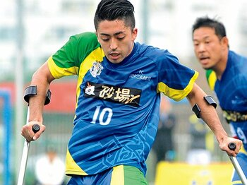 """杖とボールに託した夢。""""伝道師""""が世界に挑む。~手足を失ってもサッカーはできる~<Number Web> photograph by Moto Yoshimura"""