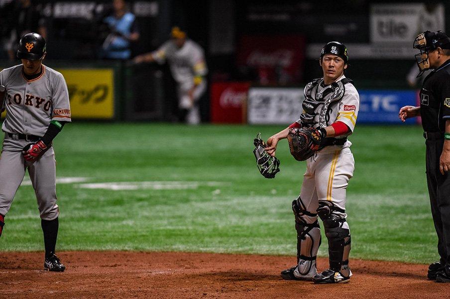 甲斐拓也、日本シリーズで漂う風格。エースに要求した内角と「丸封じ」。<Number Web> photograph by Nanae Suzuki