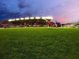 観客との一体感を生むサッカー専用スタジアム。